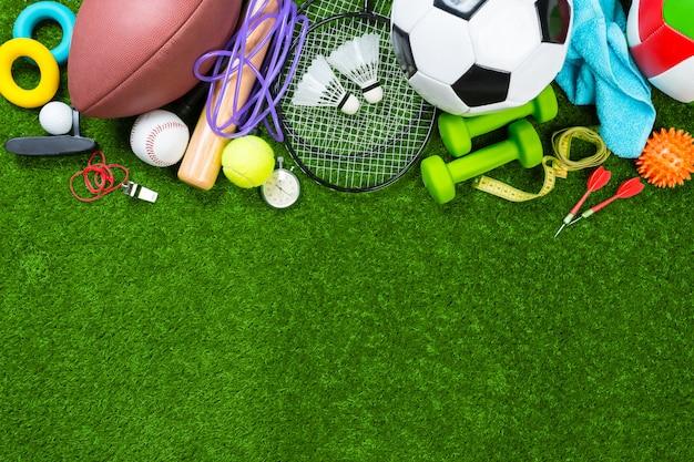 Várias ferramentas de esporte na grama