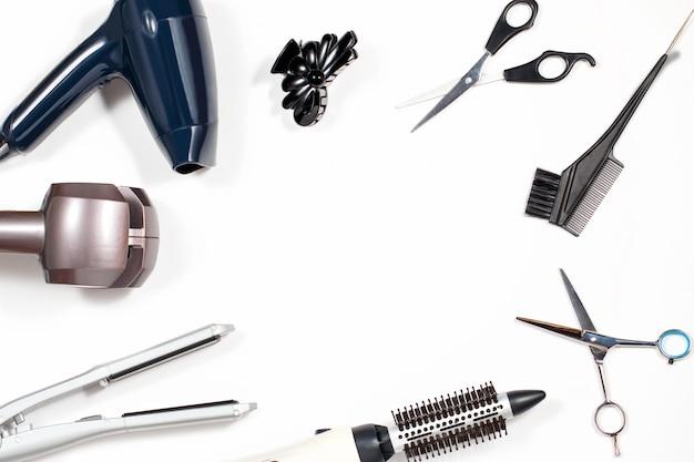 Várias ferramentas de estilo de cabelo no fundo branco