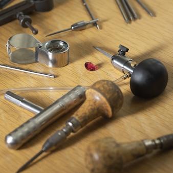 Várias ferramentas de joalheiro na mesa