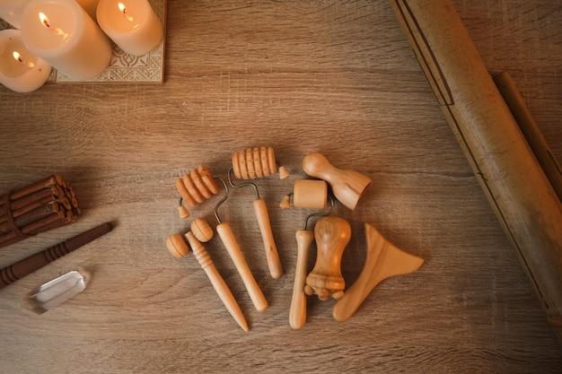Várias ferramentas de madeira para massagem