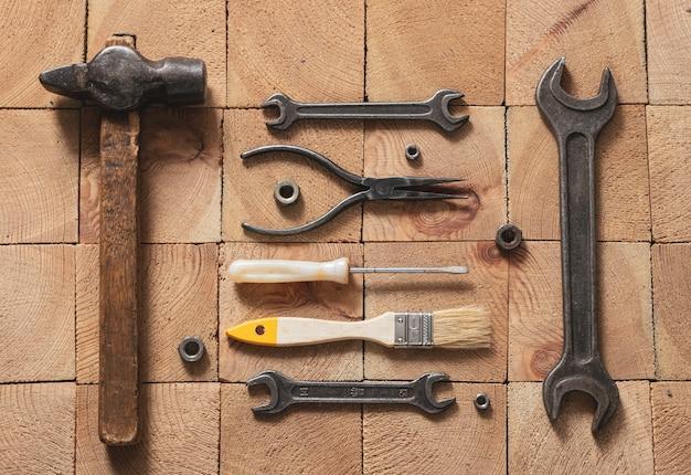 Várias ferramentas de reparo em uma superfície de madeira, vista superior