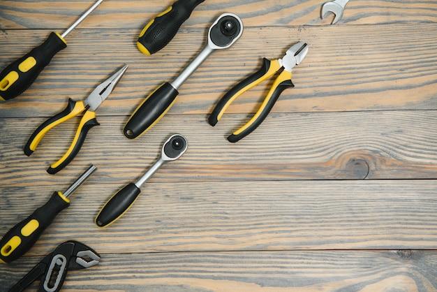 Várias ferramentas em fundo de madeira
