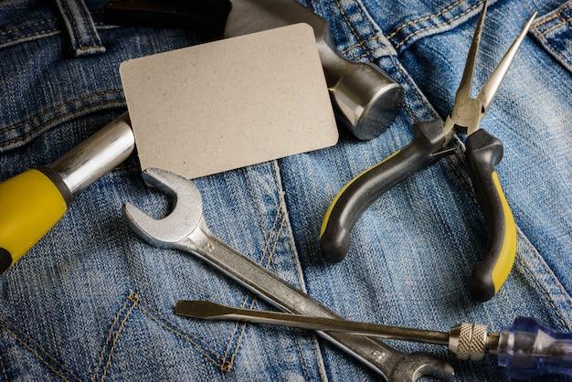 Várias ferramentas em um bolso de trabalhadores de jeans