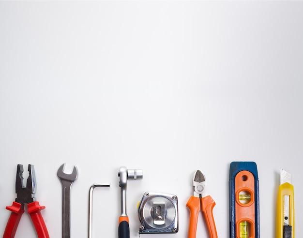 Várias ferramentas sobre um painel em branco