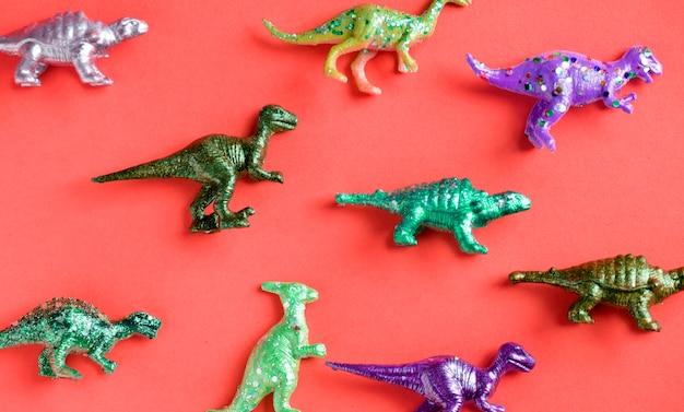 Várias figuras de brinquedo animal em um fundo colorido