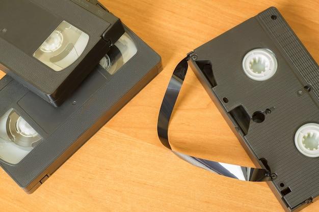 Várias fitas de vídeo vhs em uma mesa de luz