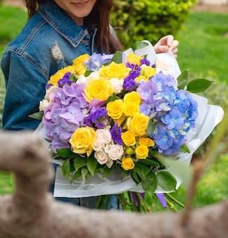 Várias flores nas mãos da menina