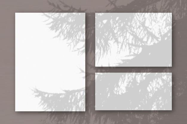 Várias folhas horizontais e verticais de papel texturizado branco