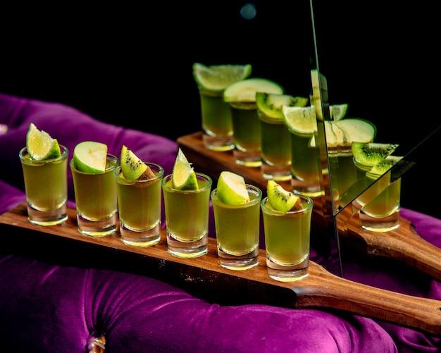 Várias fotos verdes em cima da mesa