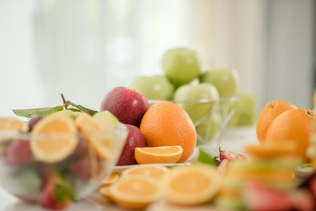 Várias frutas, alimentação de cuidados de saúde e conceito saudável