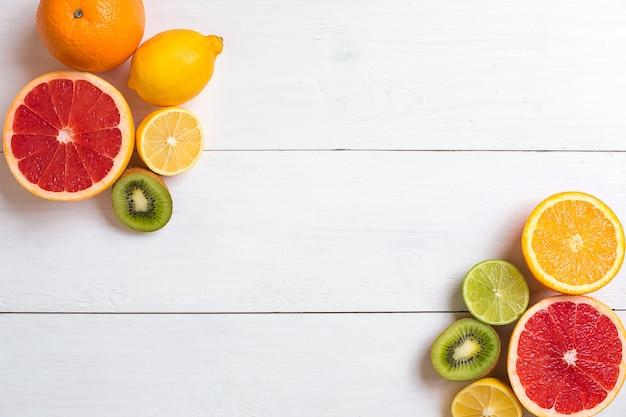 Várias frutas cítricas na vista de cima da mesa