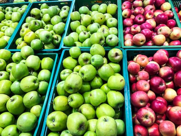 Várias frutas da estação nas prateleiras dos supermercados