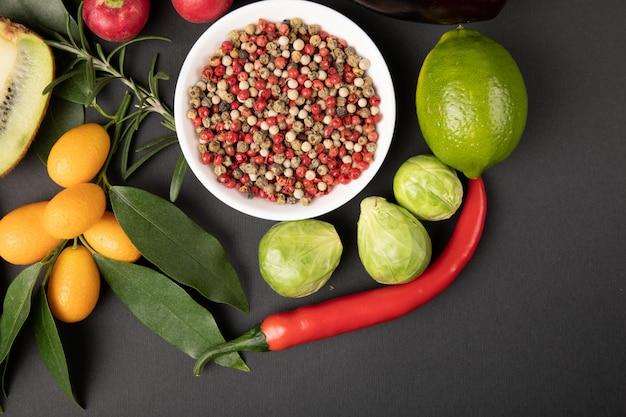 Várias frutas e legumes em cinza