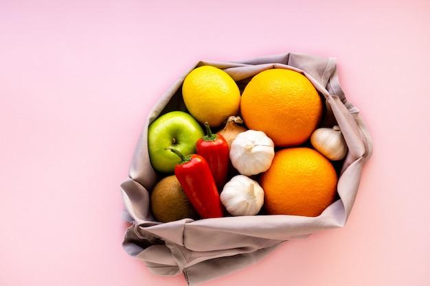 Várias frutas e legumes em saco de tecido reutilizável