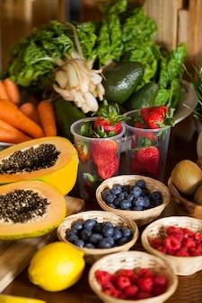 Várias frutas e vegetais em cesta de vime