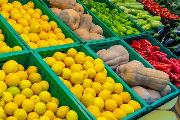 Várias frutas e vegetais em um mercado. comida saudável