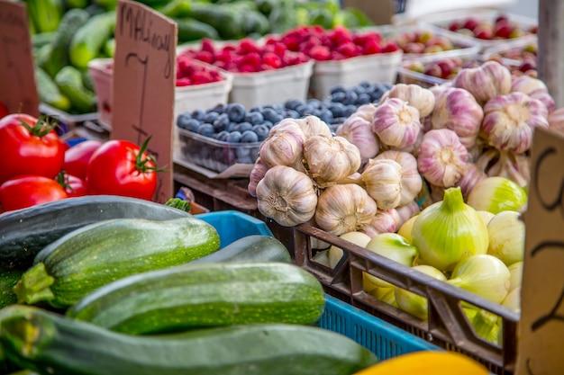 Várias frutas e vegetais no mercado agrícola da cidade