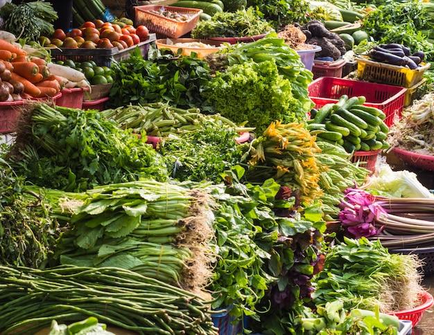 Várias frutas e vegetais no mercado da tailândia