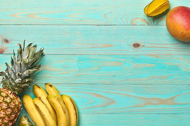 Várias frutas em uma mesa de madeira cinza