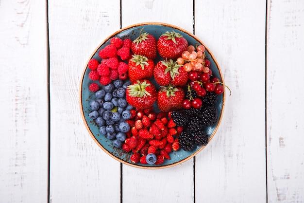 Várias frutas frescas de verão.