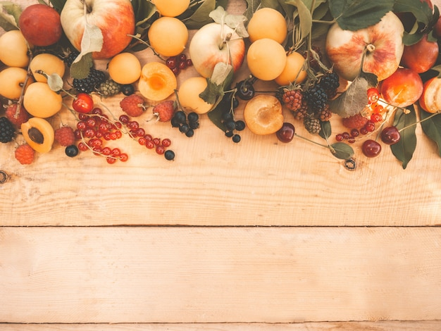 Várias frutas frescas e frutas na madeira