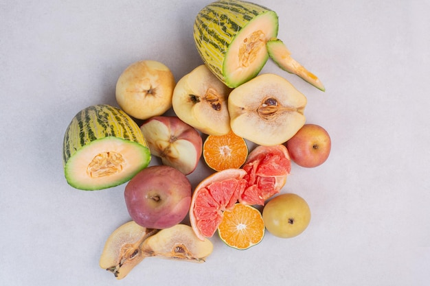 Várias frutas frescas na mesa branca.