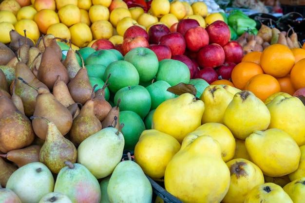 Várias frutas frescas no mercado do fazendeiro. vitamina. agricultura.