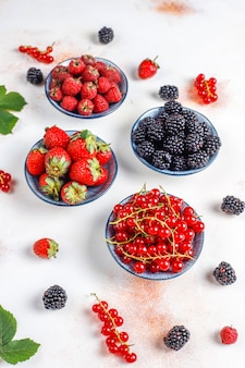 Várias frutas frescas no verão, mirtilos, groselha, morangos, amoras, vista superior.