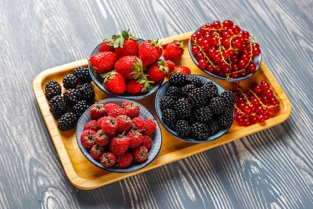 Várias frutas frescas no verão, mirtilos, groselha, morangos, amoras
