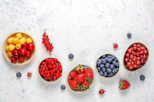 Várias frutas frescas no verão, mirtilos, groselha, vista superior.