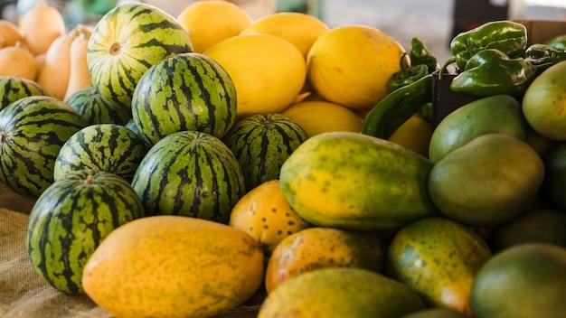 Várias frutas orgânicas à venda no supermercado