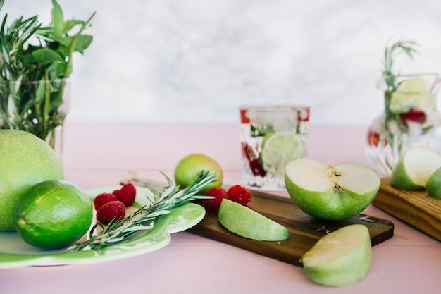 Várias frutas saudáveis no tampo da mesa de madeira