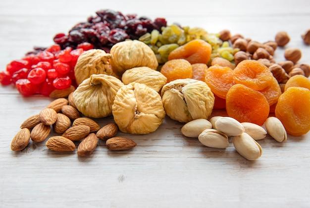 Várias frutas secas e nozes em uma mesa de madeira