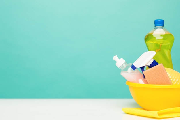 Várias garrafas com material de limpeza
