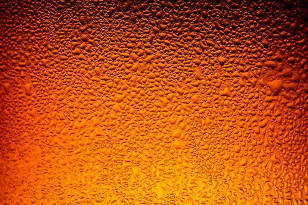 Várias garrafas de cerveja com condensação close up das garrafas de cerveja itália