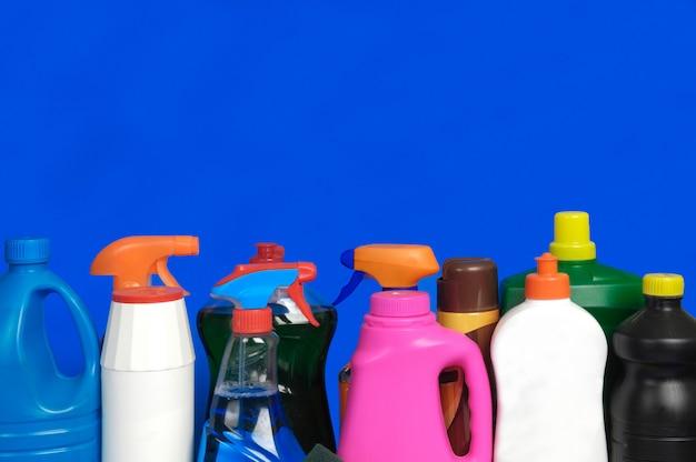 Várias garrafas de detergente,