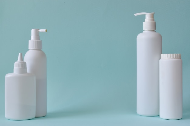 Várias garrafas de plástico isoladas