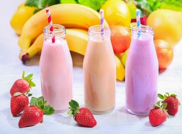 Várias garrafas de smoothie com frutas frescas