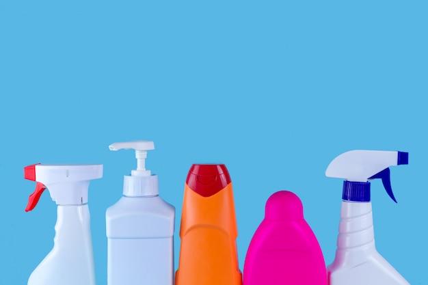 Várias garrafas, sprays para limpar a casa