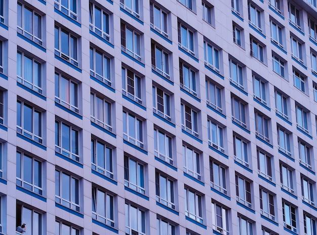 Várias janelas diagonais de pano de fundo de arranha-céus