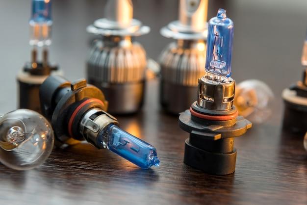 Várias lâmpadas elétricas de carro para peças no farol na superfície preta