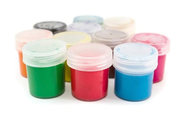 Várias latas de guache em cores diferentes isoladas em um branco