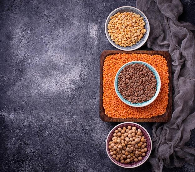 Várias leguminosas. grão de bico, lentilhas vermelhas, lentilhas pretas e ervilhas amarelas