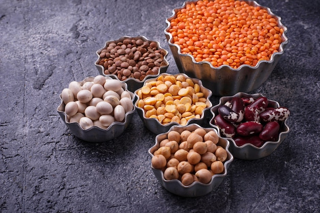Várias leguminosas. grão de bico, lentilhas vermelhas, lentilhas pretas, ervilhas amarelas e feijões