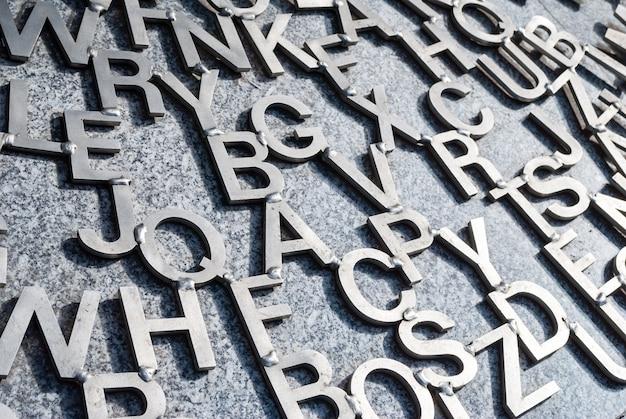 Várias letras de metal