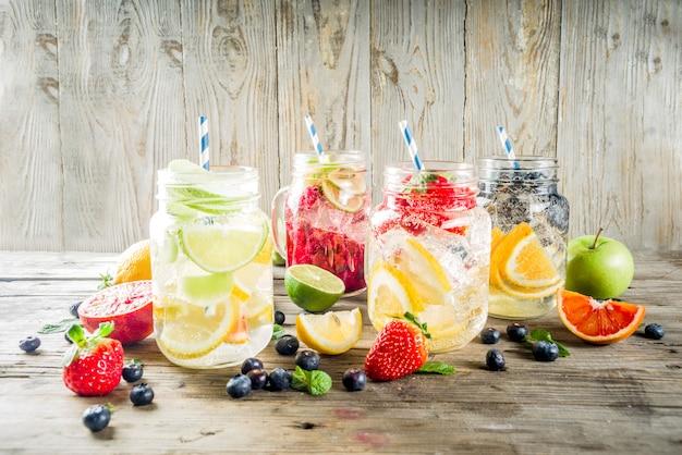 Várias limonadas de frutas e bagas