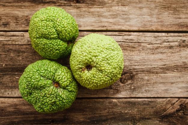 Várias maçãs de adam na madeira Foto Premium