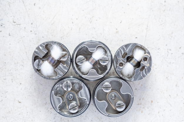 Várias micro bobinas únicas com mecha de algodão no atomizador de gotejamento rebuildable de ponta, equipamento vape com profundidade de campo rasa