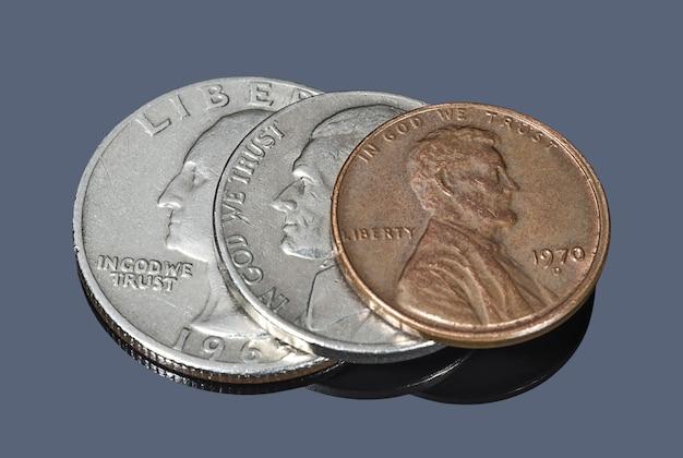 Várias moedas americanas contra um fundo escuro