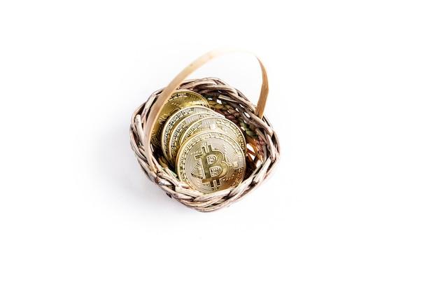 Várias moedas de ouro bitcoin dentro de uma cesta de vime